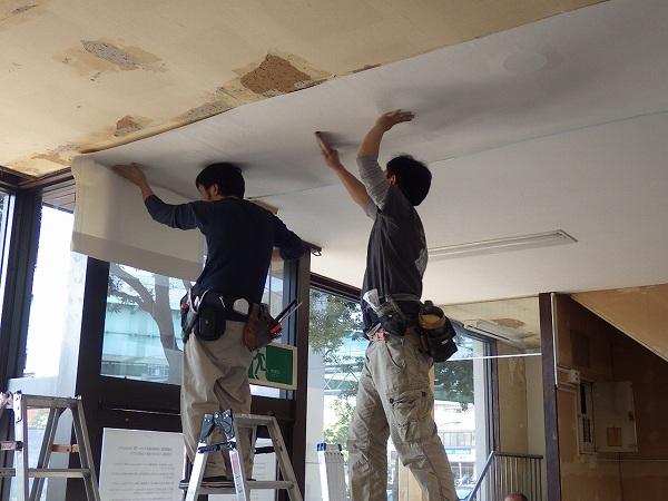 天井壁紙施工中